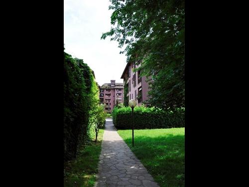 Proponiamo in contesto signorile con ampio giardino - Giardino condominiale ...
